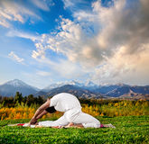 Valakhilyasana van de yoga stelt Stock Fotografie