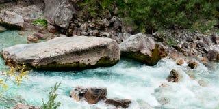 Valbona-Fluss in Albanien stockbilder