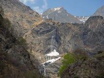 Valbondione, Bérgamo, Italia Opinión aérea del abejón de las cascadas de Serio durante tiempo de primavera con el flujo mínimo de foto de archivo libre de regalías