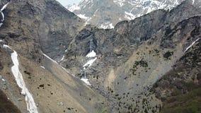 Valbondione, Bergamo, Itália Opinião aérea do zangão das cachoeiras de Serio durante o tempo de mola com o fluxo mínimo da água vídeos de arquivo