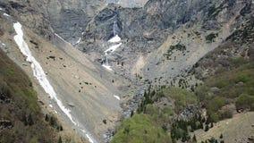 Valbondione, Bergamo, Itália Opinião aérea do zangão das cachoeiras de Serio durante o tempo de mola com o fluxo mínimo da água filme