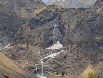 Valbondione, Bergamo, Italia Vista aerea del fuco delle cascate di Serio durante il tempo di molla con il flusso minimo di acqua Immagini Stock