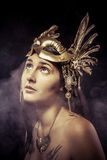 Valchiria, concetto dorato della statua. Ritratto di artistico del modello con il gol Immagine Stock Libera da Diritti