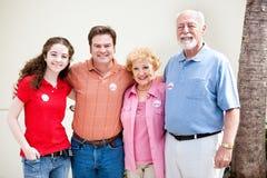 Valdag - familjen röstar Arkivbild