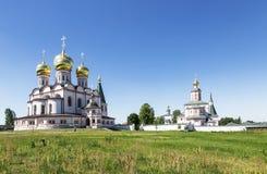 Valday Iversky修道院的全景在诺夫哥罗德地区在一个晴天 免版税库存图片