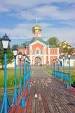 Valday Iversky修道院门 在湖Valday的码头 免版税库存照片