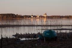 Valdayskoe sjön med den Valday Iversky kloster Arkivfoto