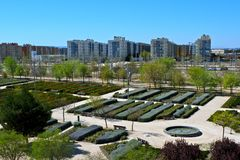 Valdespartera, Zaragoza/España - 27 de marzo de 2019: Vista del parque y de los edificios residenciales fotografía de archivo libre de regalías