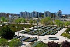 Valdespartera, Zaragoza/Espanha - 27 de março de 2019: Vista do parque e das construções residenciais fotografia de stock royalty free