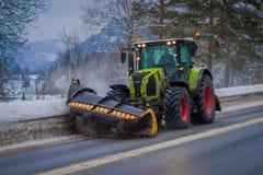 Valdres, Norvège - 26 mars 2018 : la Neige-élimination de la machine nettoie la rue de la route de la neige dans la neige de mati Photos libres de droits