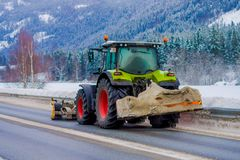 Valdres, Norvège - 26 mars 2018 : la Neige-élimination de la machine nettoie la rue de la route de la neige dans la neige de mati Photo stock