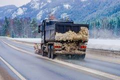 Valdres, Norvège - 26 mars 2018 : La vue extérieure de la machine de neige-élimination nettoie la rue de la route de la neige ded Photo libre de droits