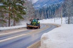 Valdres, Norvège - 26 mars 2018 : La vue extérieure de la machine de neige-élimination nettoie la rue de la route de la neige ded Image stock