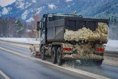 Valdres, Norvège - 26 mars 2018 : La vue extérieure de la machine de neige-élimination nettoie la rue de la route de la neige ded Photos libres de droits