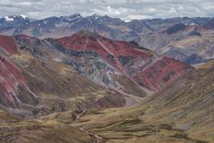 Vale íngreme Vinicuna da montanha, Peru imagens de stock