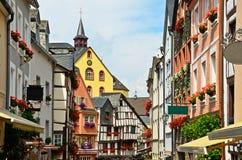 Vale Alemanha de Moselle: A vista à metade histórica suportou casas na cidade velha de Bernkastel-Kues Fotos de Stock