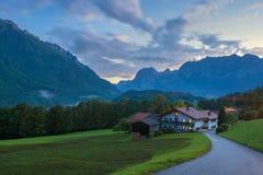 Vale alpino com a casa viva do país Fotos de Stock Royalty Free