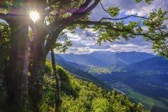 Vale bonito de Socha com a cidade de Kobarid em Eslovênia Imagem de Stock
