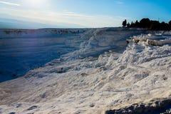Vale branco brilhante das pedras em Pamukkale, Turquia Fotografia de Stock