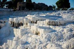 Vale branco brilhante das pedras em Pamukkale, Turquia Imagens de Stock
