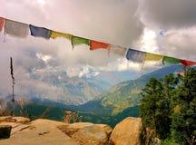 Vale budista das bandeiras e das montanhas de Lungta com nuvens Fotografia de Stock Royalty Free
