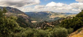 Vale cercado por montanhas de Dikti, Creta de Selakano, Grécia imagens de stock