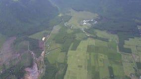 Vale coberto com os campos na vista aérea das montanhas video estoque