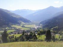 Vale com aldeia da montanha Foto de Stock Royalty Free