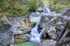 Vale com canal e cachoeiras no outono imagens de stock