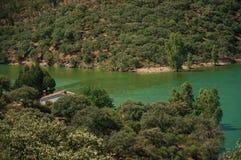 Vale com o Tagus River e a casa no parque nacional de Monfrague imagem de stock royalty free