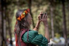Vale da grama, Califórnia, EUA - 29 de outubro de 2018: Reenactor que toma uma foto com um telefone celular no festival do céltic imagens de stock
