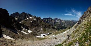 Vale da montanha com o lago congelado metade Imagens de Stock Royalty Free