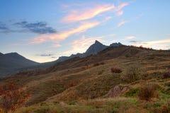 Vale da montanha com por do sol do céu nebuloso fotos de stock