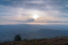 Vale da montanha durante o nascer do sol Paisagem natural do verão Imagens de Stock Royalty Free