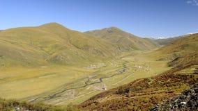 Vale da montanha sob o céu azul: paisagem na porcelana Fotos de Stock