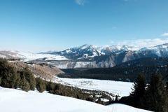 Vale da neve entre as montanhas fotografia de stock royalty free