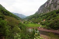 Vale da paisagem do rio de Cerna, Romênia Imagem de Stock