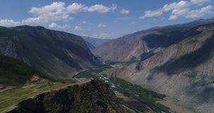 Vale de Chulyshman, outono, tiro no zangão, Altai, Rússia video estoque