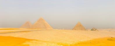 Vale de Giza com grandes pirâmides cairo Fotos de Stock Royalty Free