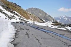 Vale de Oetztal, estrada alpina e capela, Áustria Imagem de Stock