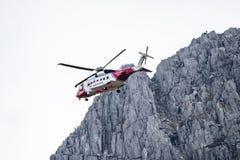 Vale de Ogwen, Gales - 29 de abril de 2018: O helicóptero britânico Sikorsky S-92 do HM Coastguard operou-se por helicópteros de  imagens de stock royalty free