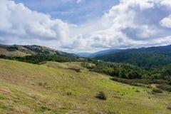 Vale de Stevens Creek; Montanhas de Santa Cruz no fundo, área de San Francisco Bay, Califórnia foto de stock