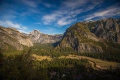 Vale de Yosemite com meia abóbada, EUA Imagens de Stock