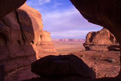 Vale do monumento através do conspirador da rocha Imagem de Stock Royalty Free