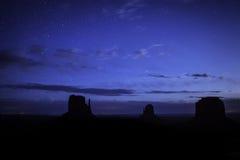 Vale do monumento sob as estrelas Imagens de Stock
