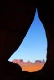 Vale do monumento visto através do arco do Teardrop Fotos de Stock Royalty Free