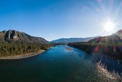 Vale do outono do rio da montanha imagens de stock