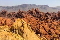 Vale do parque estadual do fogo com 40.000 acres dos afloramento astecas vermelhos brilhantes do arenito aninhados no cinza e na  Foto de Stock Royalty Free