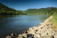 Vale do rio europeu Labe com as pedras no primeiro plano na tarde da mola na paisagem checa Fotos de Stock