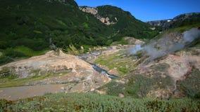 Vale dos geysers Estação de turista na península de Kamchatka Reserva natural de Kronotsky O vídeo da metragem do estoque do verã vídeos de arquivo